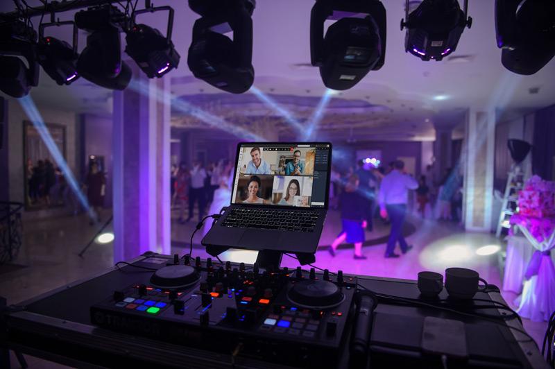 Das Bild zeigt Laptop mit einem laufenden Videochat in einer lauten Umgebung.