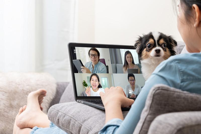 Das Bild zeigt eine Frau beim Video-Chat in einer ruhigen Umgebung.